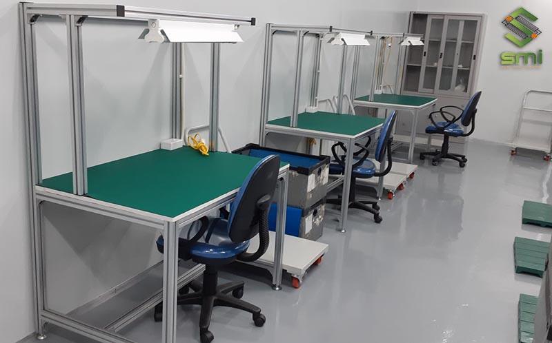 Bàn thao tác công nghiệp được gia công cơ khí sơn tĩnh điện sáng bóng