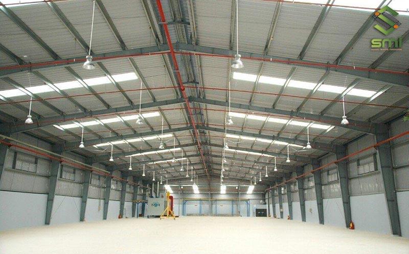 Diện tích nhà xưởng rộng cho nhiều hạng mục như văn phòng, khu vệ sinh, kho chứa, khu sản xuất