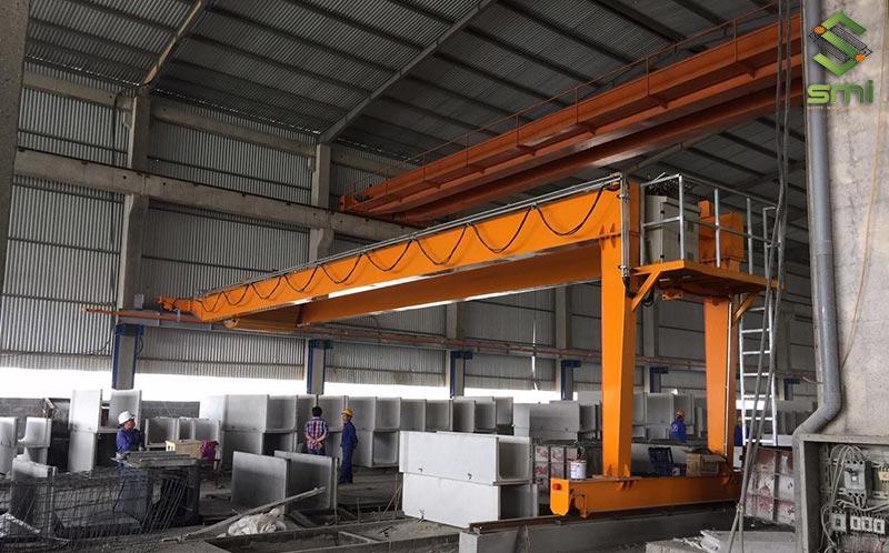 Với thiết kế nhỏ gọn, cầu trục bờ tường được ưa chuộng sử dụng tại các nhà xưởng có diện tích nhỏ