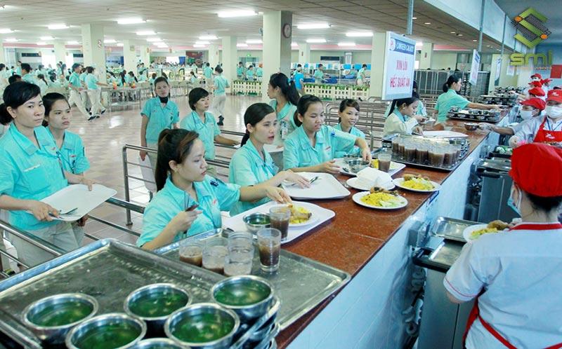 Canteen nhà xưởng phải phục vụ được số lượng công nhân viên lớn nhất có thể phát sinh trong giờ ăn