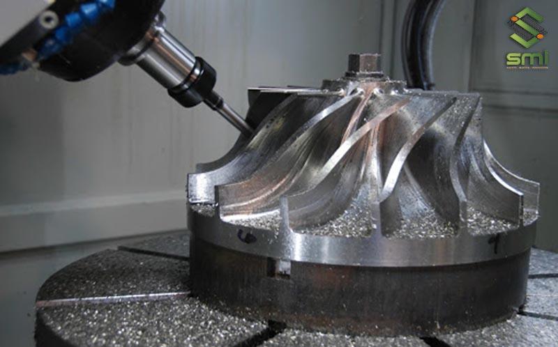 Máy tiện CNC dùng trong gia công cơ khí kim loại