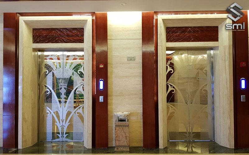 Cửa tầng thang máy inox gương có hoa văn