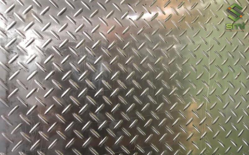 Gia công cơ khí dập nổi tấm nhôm với khoảng cách và hình dáng định sẵn