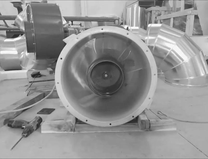 Các cánh quạt thông gió cho nhà xưởng quay quanh trục kéo không khí song song với trục và đẩy nó ra theo hướng ngược lại