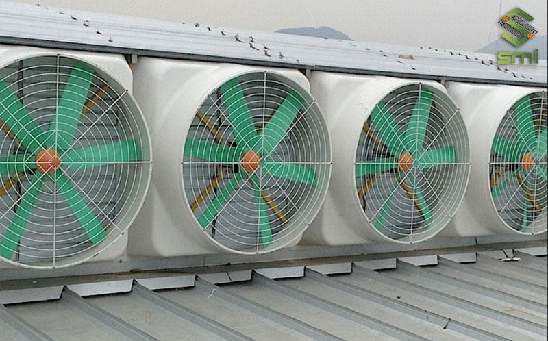 Sử dụng hệ thống quạt công nghiệp sẽ giúp đem lại hiệu quả làm mát nhà xưởng cao mà chi phí khá phải chăng