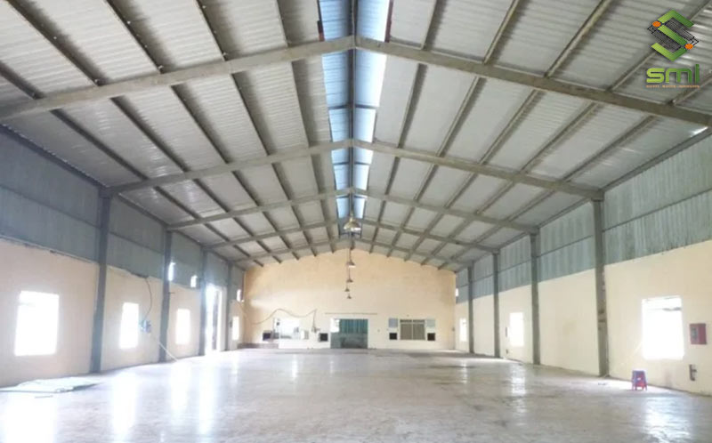 Cửa sổ được bố trí dọc nhà xưởng để lấy được lượng gió vào làm mát hiệu quả nhất