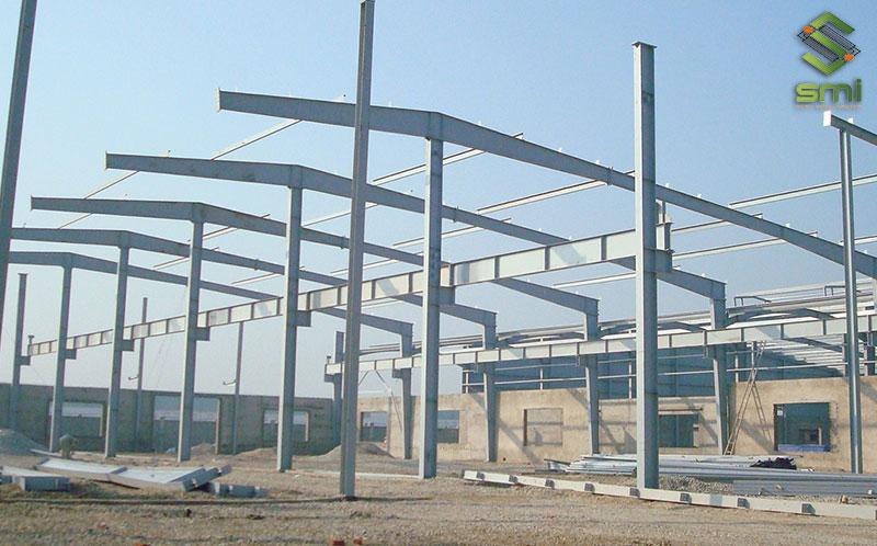 Nhà xưởng thường được xây dựng bằng khung thép tiền chế
