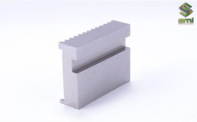 Khuôn ép kim loại gia công cơ khí để tạo ra thành phần của vật liệu vuông