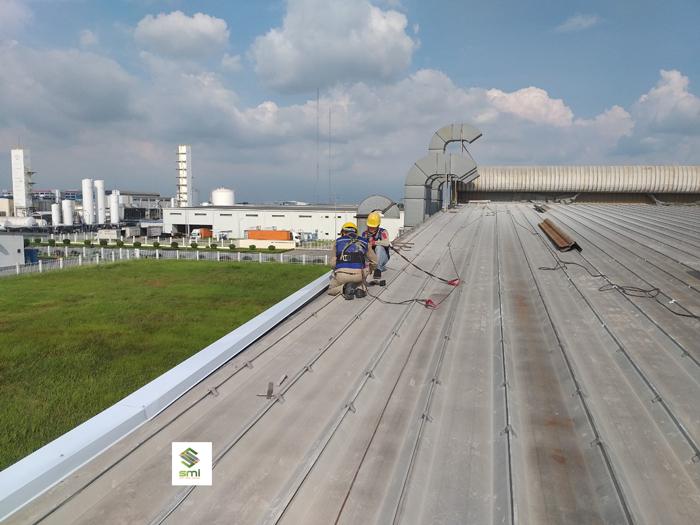 Kiểm tra chất lượng mái tôn trước khi thi công
