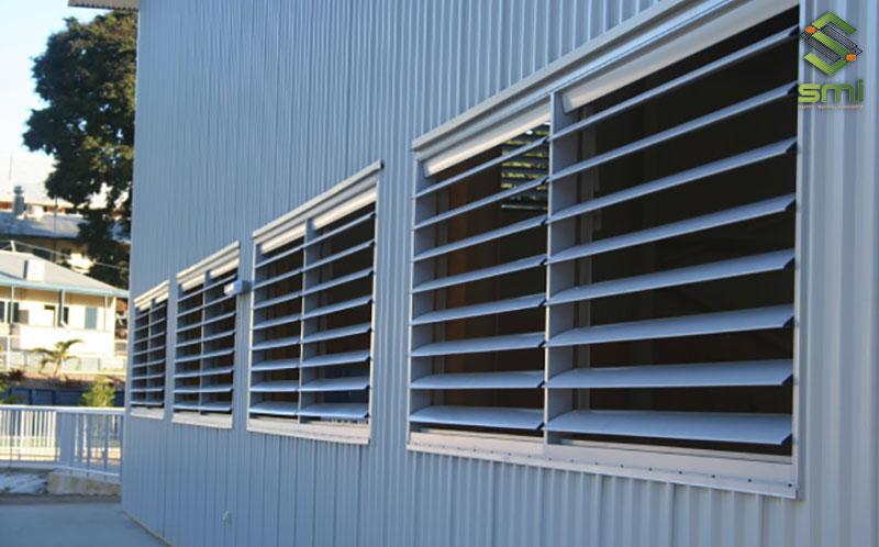 Cửa chớp thông gió nhà xưởng vừa giúp cản nắng mưa lại còn có khả năng hút gió vào nhà xưởng