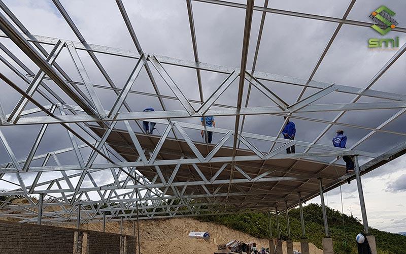 Mái tôn nhà xưởng có cấu tạo gồm hệ thống khung, hệ thống kèo - tôn lợp và hệ thống ốc vít