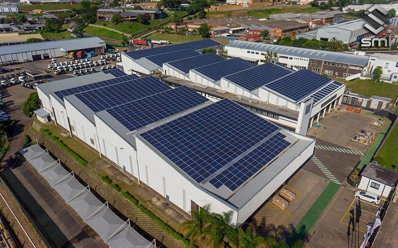 Phần mái nhà xưởng được thiết kế theo hướng đón ánh sáng mặt trời nhiều nhất để lắp hệ thống pin mặt trời