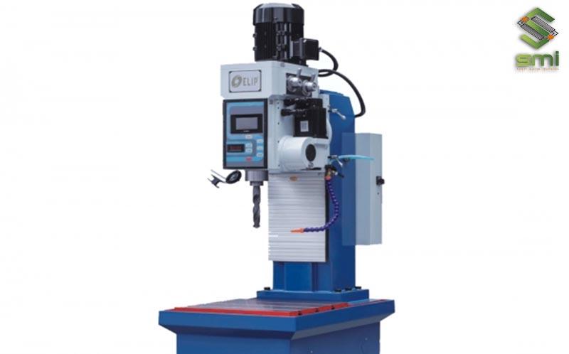 Máy khoan CNC được sử dụng để tạo lỗ trên vật liệu