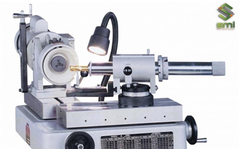Máy mài CNC được sử dụng để mài dao
