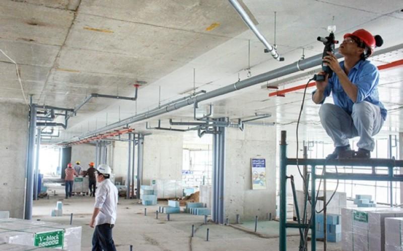 Kỹ thuật viên MECTECH đang thi công hệ thống điện nhà xưởng