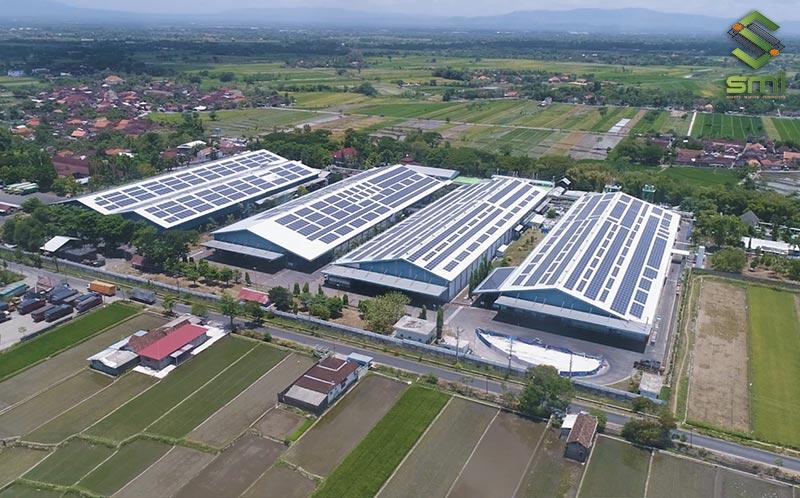 Mái nhà xưởng được tận dụng để lắp tấm pin mặt trời, các nhà xưởng đặt song song và tách biệt nhau theo từng quá trình sản xuất