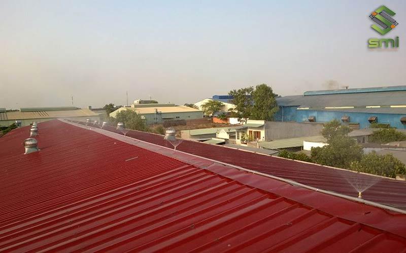 Phun nước mái nhà xưởng là biện pháp làm mát hiệu quả mà đơn giản