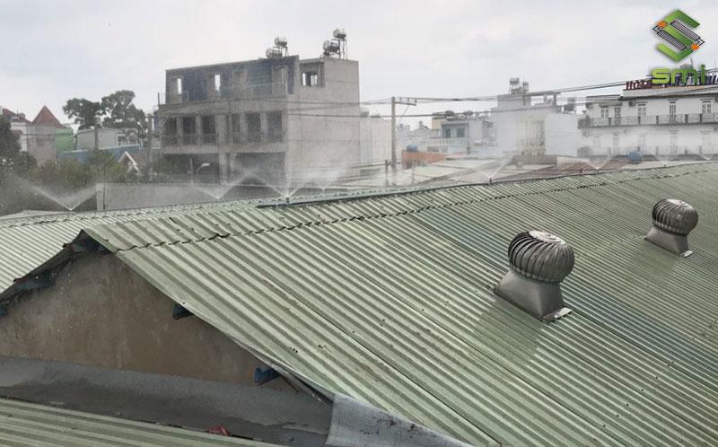 Nước sẽ giúp nhiệt độ ở mái và bên trong nhà xưởng giảm nhanh chóng