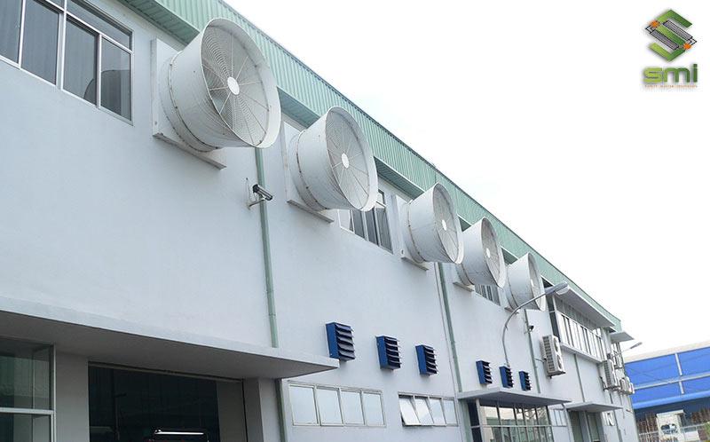 Quạt thông gió nhà xưởng gắn tường giúp tạo dòng lưu chuyển gió ra vào xưởng và thông gió vô cùng hiệu quả