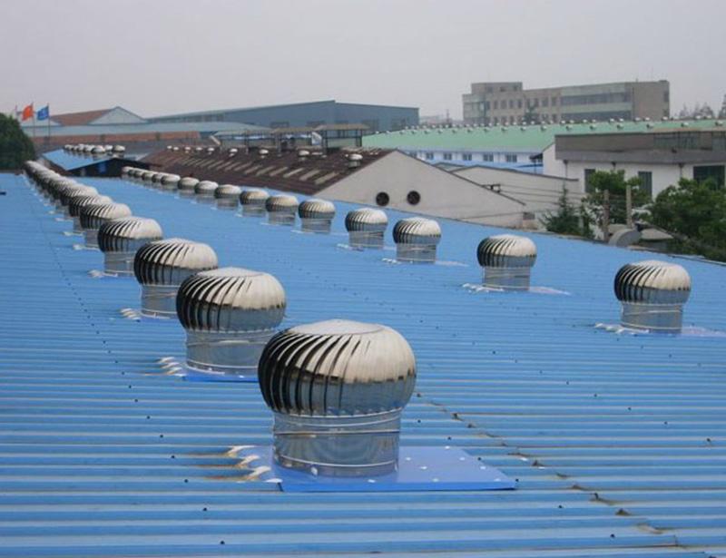 Quạt thông gió được lắp đặt trên mái nhà xưởng