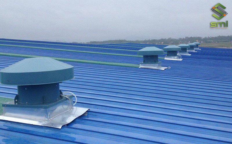 Cách thông gió mái và làm mát nhà xưởng phổ biến nhất là sử dụng quạt hút nhiệt