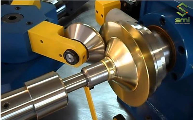 Sử dụng máy tiện gia công theo yêu cầu các chi tiết hoàn chỉnh