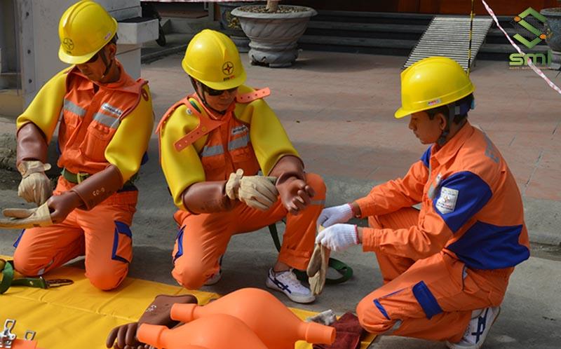 Cần trang bị đồ bảo hộ an toàn khi thực hiện các công việc sửa chữa điện công nghiệp