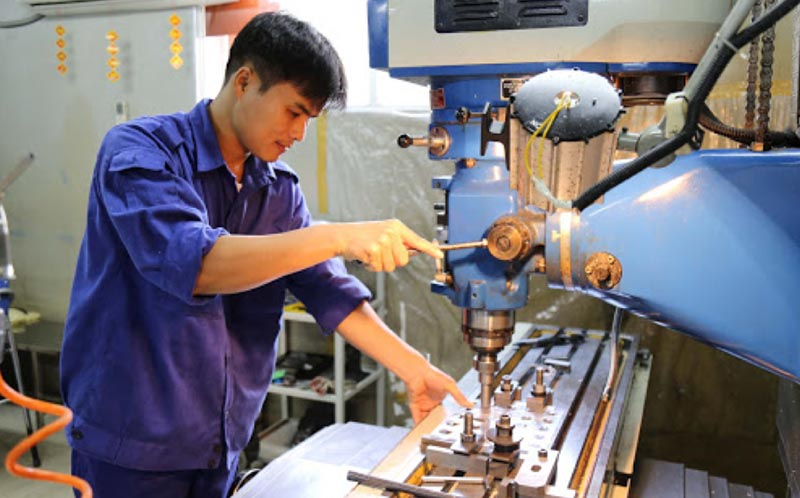 Trang phục gọn gàng đảm bảo an toàn trong quá trình gia công cơ khí