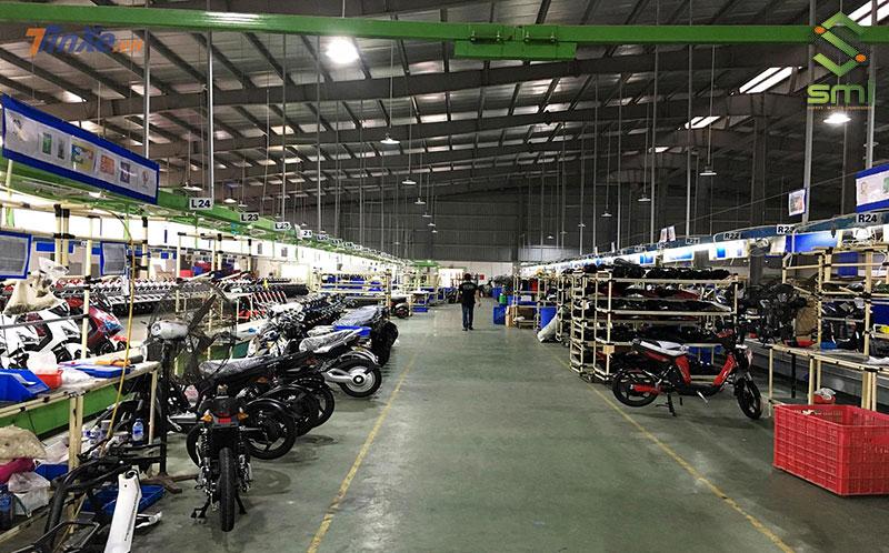 Bên trong nhà xưởng bố trí đầy đủ hệ thống điện, thông gió phù hợp với lĩnh vực hoạt động và yêu cầu nhà xưởng