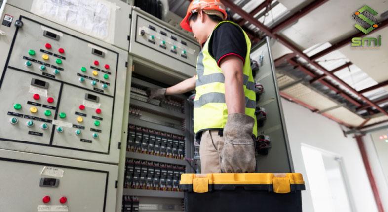 Hình ảnh một tủ điện thiết bị công nghiệp được sử dụng tại nhà xưởng