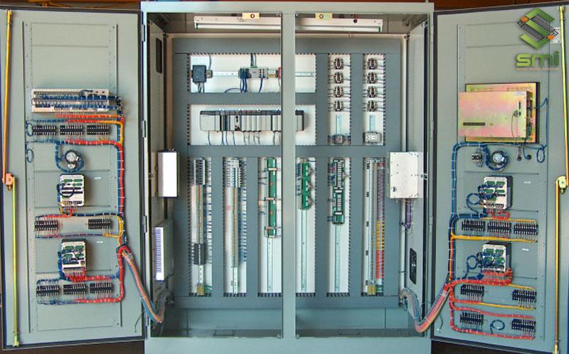 Bên trong một tủ điện công nghiệp nhỏ chứa các mạch điện và thiết bị đóng ngắt điện