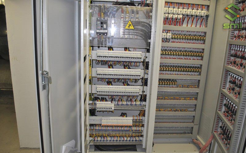 Tủ điện điều khiển có tác dụng để khởi động, điều chỉnh tốc độ, bảo vệ máy móc đang hoạt động