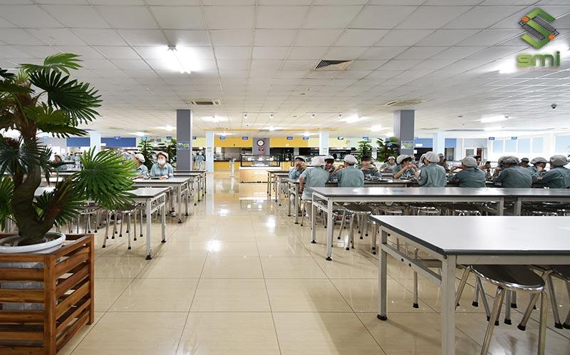 """Canteen cũng là khu vực """"nạp năng lượng"""" cho công nhân sau giờ làm việc"""