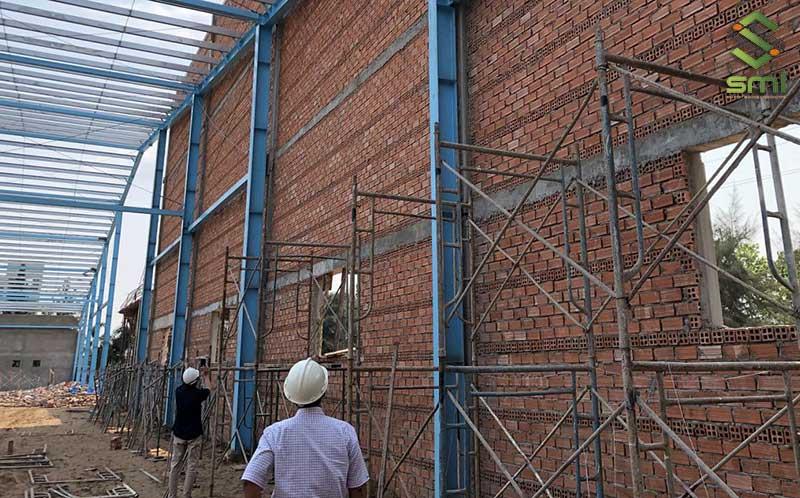Tiêu chuẩn thiết kế tường và vách ngăn phụ thuộc vào loại vật liệu, quy mô và đặc điểm riêng của từng nhà xưởng